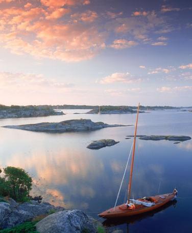 Bateau suède suédois expatriation archipèles de stockholm nasa île Sailboat moored on rocks in Stockholm Archipelago at Stora Nassa island group at sunrise.ra Nassa island group at sunrise