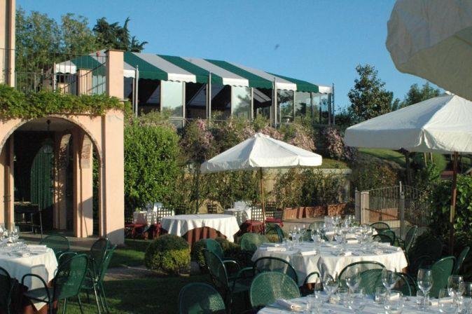 ristorante elegante con terrazza estiva