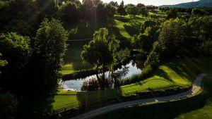 campo da golf con lago