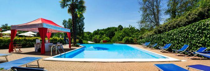 piscina dell'albergo all'aperto
