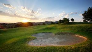 campo golf al tramonto per partenza
