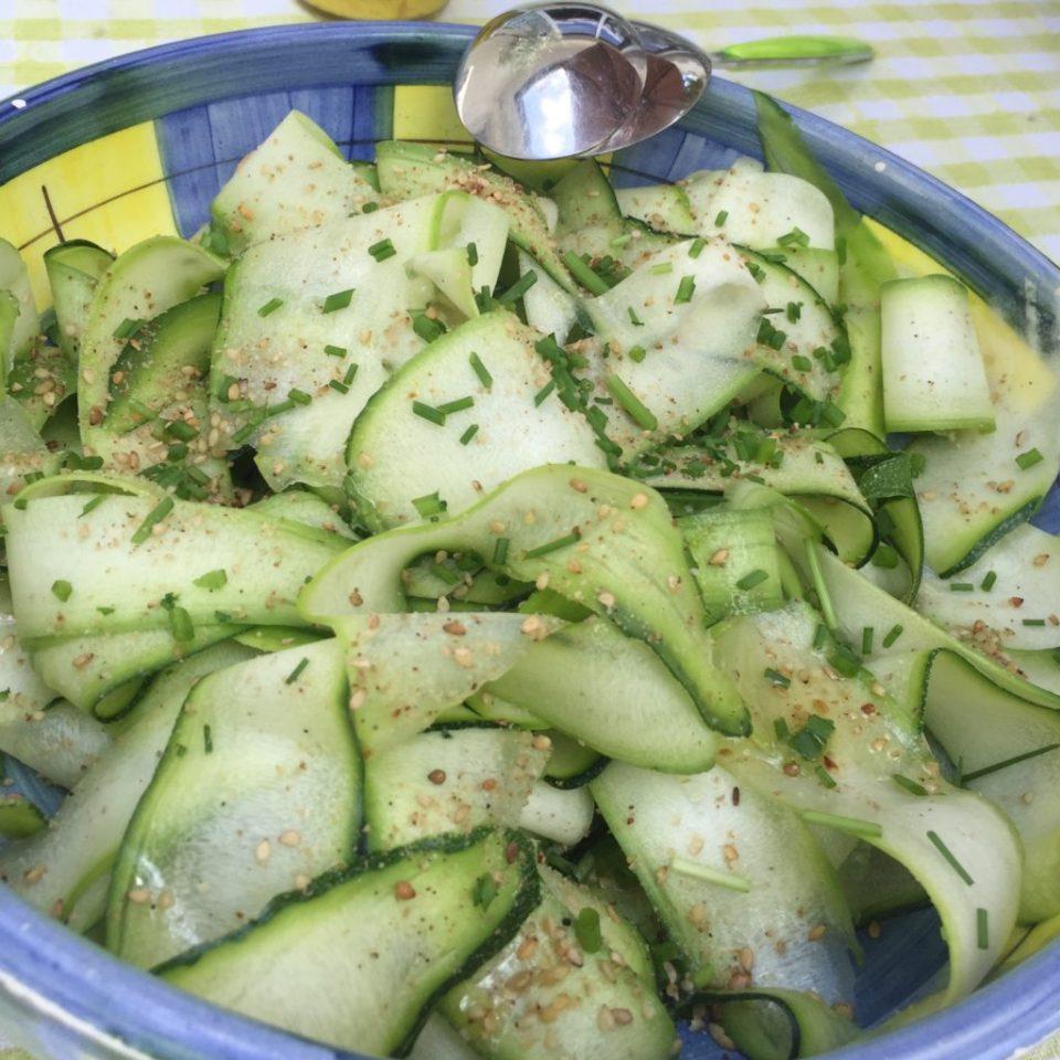 Salade de courgettes crues au citron et pignons de pin