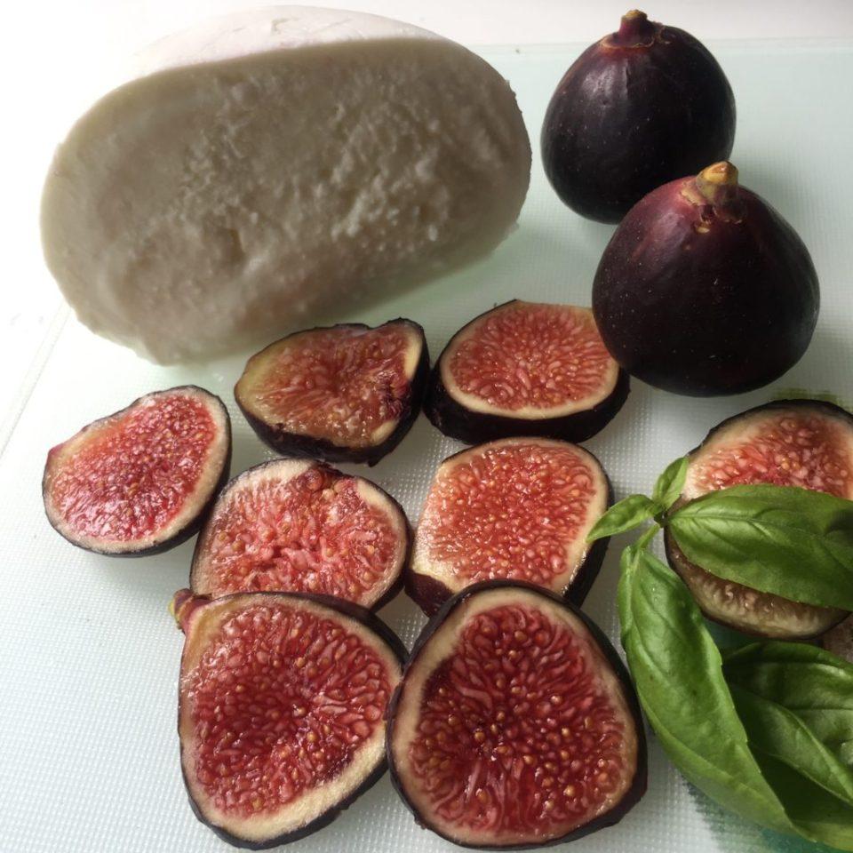 ingrédients pour préparation apéro : figues fraiches violettes mozzarella et basilic