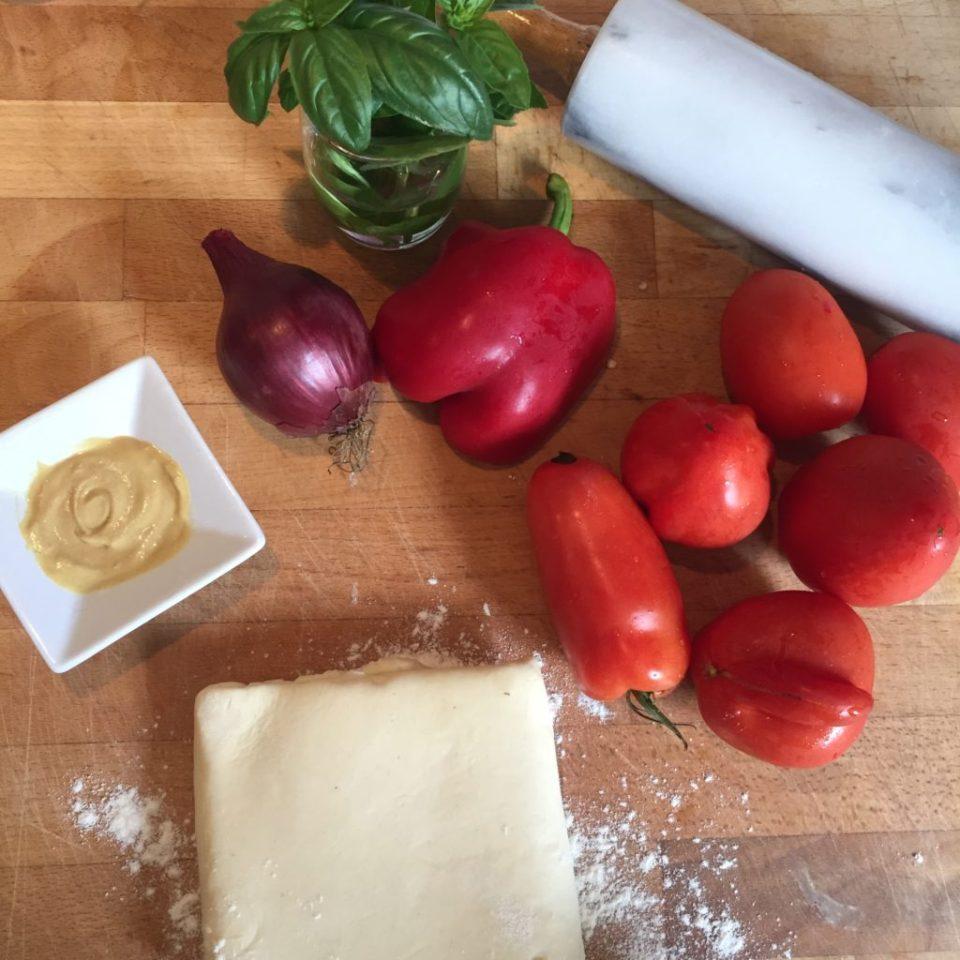Ingrédients pour la tarte à la tomate : pâte feuilletée, tomates, poivron, oignons rouges, moutarde et basilic