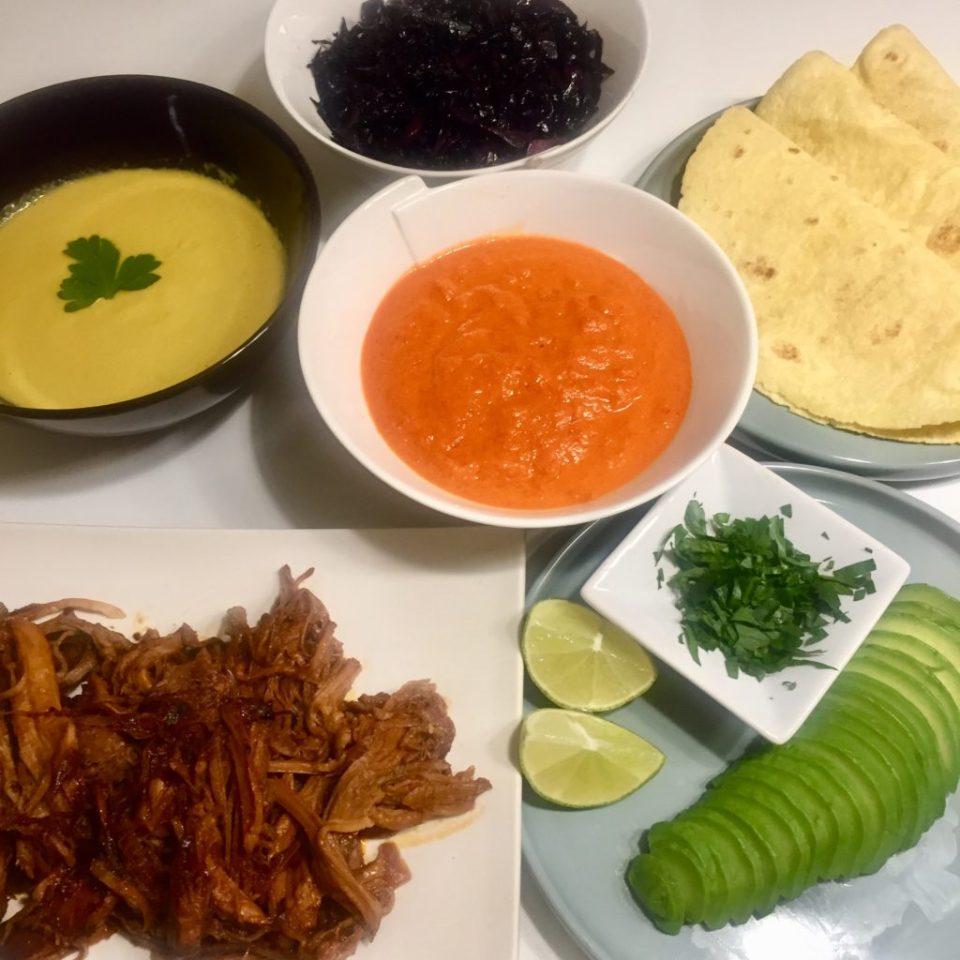 Crème de maïs, crème de poivrons rouges, chou rouge confit, galette de maïs et avocat pour accompagner le pulled pork