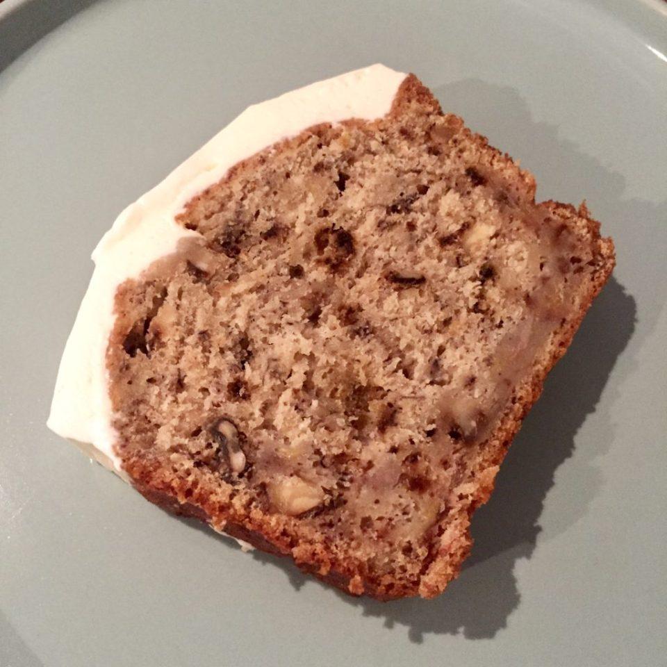 Banana bread, pain ou gâteau à la banane recouvert de crème cheesecake