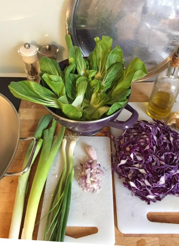 Wok de légumes chou rouge, chou pack choï, poireaux, ciboule et gingembre
