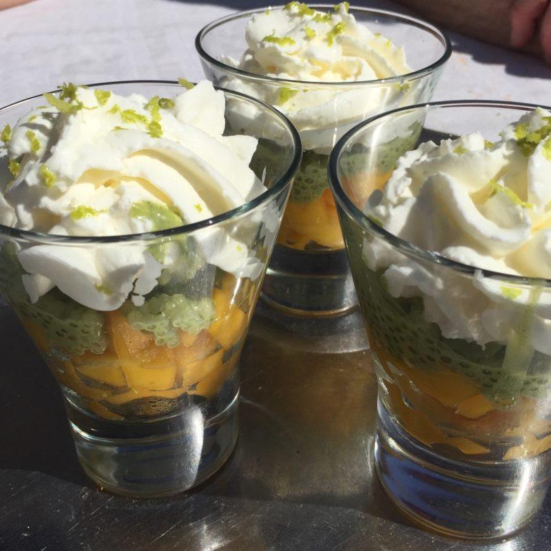 Dessert de perles du Japon au thé lait de coco thé matcha et à la mangue