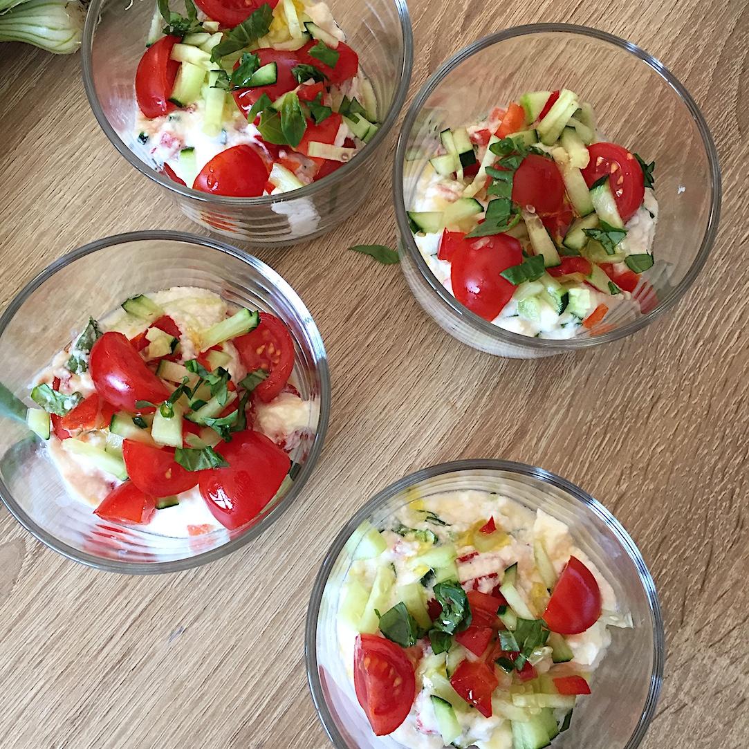 Entrée de faisselle salée avec tomates concombre poivron et basilic