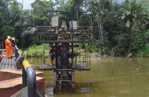 Oil workers and regulators examining pollution at Shell well in Bayelsa
