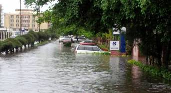 VIDEO: Foreigner paddles a canoe through the flooded streets of Lekki