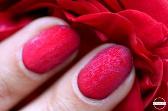 nail-art-petales-rose-rouge-2