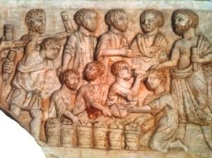 Placa con escenas del Nuevo Testamento.