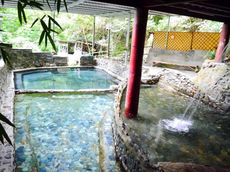 冷熱雙池皆為清澈活水,泡起來更安心。(何師父love露營提供)
