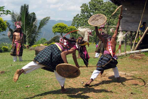 Traditional-War-Dance-in-Flores-Komodo