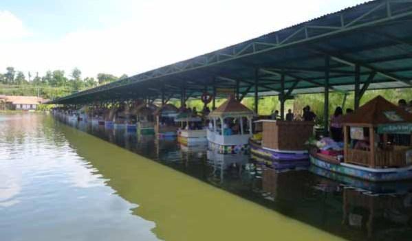 Perahu Terapung di Floating Market
