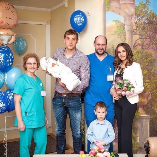 Артем Дзюба с семьей