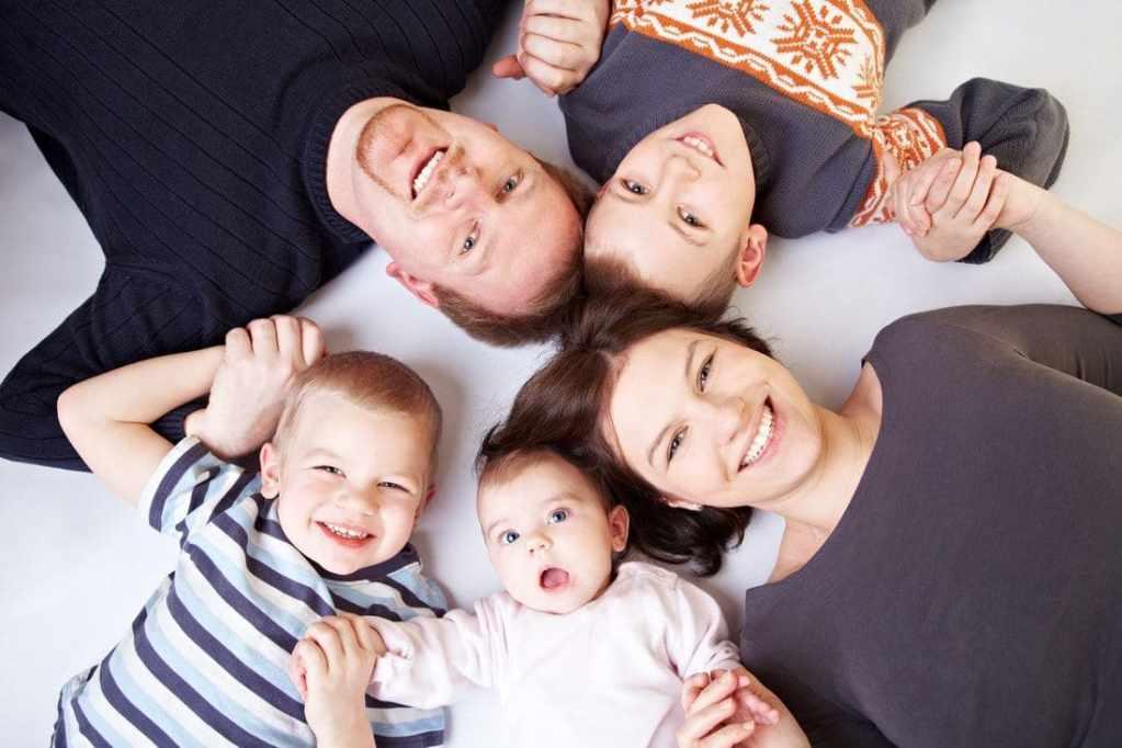 Семейная фотосессия в студии с детьми фото