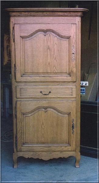 et tandis que l homme debout ou jean debout est concu avec deux portes separees par un tiroir c est un mobilier plus ancien que la bonnetiere