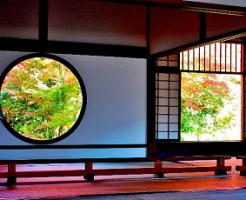 丸窓から見える秋の景色