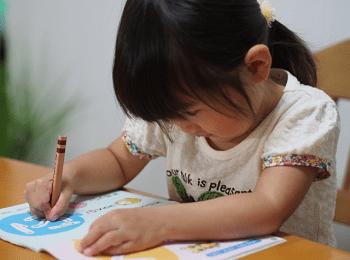 字の練習をする女の子