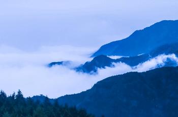 山の麓にかかる霧