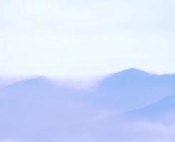 雲に包まれた山々