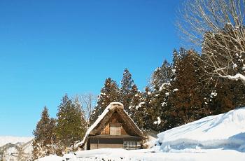 雪晴れの景色の中の合掌造り