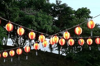 お祭り会場の数々の提灯