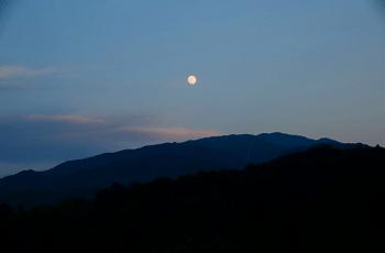 山の上に出た月