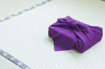 畳に置かれた風呂敷包み