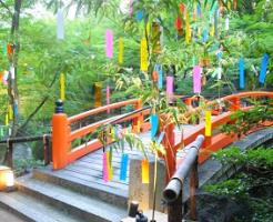 七夕飾りに囲まれた朱塗りの橋