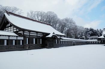 雪が積もったお寺の境内