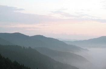 山の嶺と雲