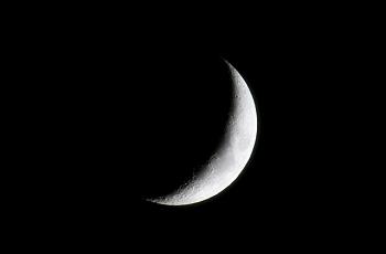 夜空に輝く三日月