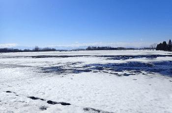 雪解けの平原と青空