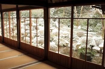 和室から見える庭の雪解け