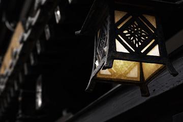 軒先に釣られている灯籠