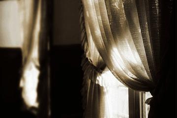カーテンに射す明け方の光