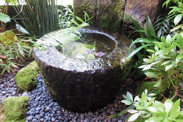 庭に置かれた水甕