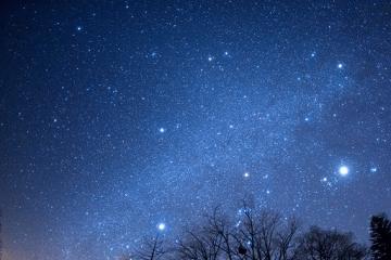 冬の夜空の星々