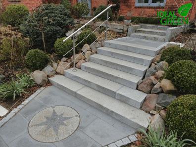Treppe Granit Weg aus Granitplatten Blick auf die Treppe.01