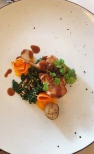 Viiriäistä Järveotsan tilalta, pikkelöityä porkkanaa ja savustettua maa-artisokkaa.