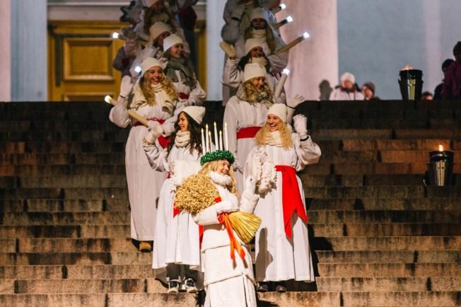 Lucia-kulkue Tuomiokirkon portailla.