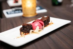 Blackcurrant & Chocolate - Kylmäsavustettua mustaherukkajäätelöä, suklaabrownie ja pikkelöityä omenaa. Kuva: Silja Line