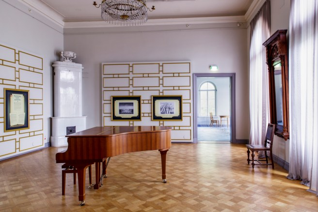 Hall of villa Hakasalmi has been decorated with a golden art deco-interior. Image: Helsinki City Museum / Maija Astikainen.
