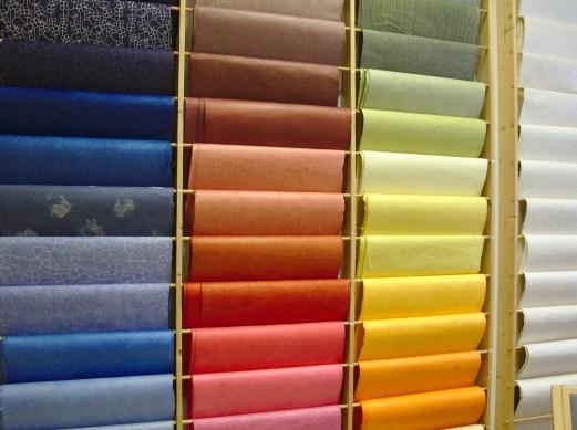 Lalupate Oy/Studio Himalaya tuo Suomeen nepalilaisia ainutlaatuisia käsintehtyjä ja happovapaita papereita , kuvassa nepalilaisia lokta-papereita.