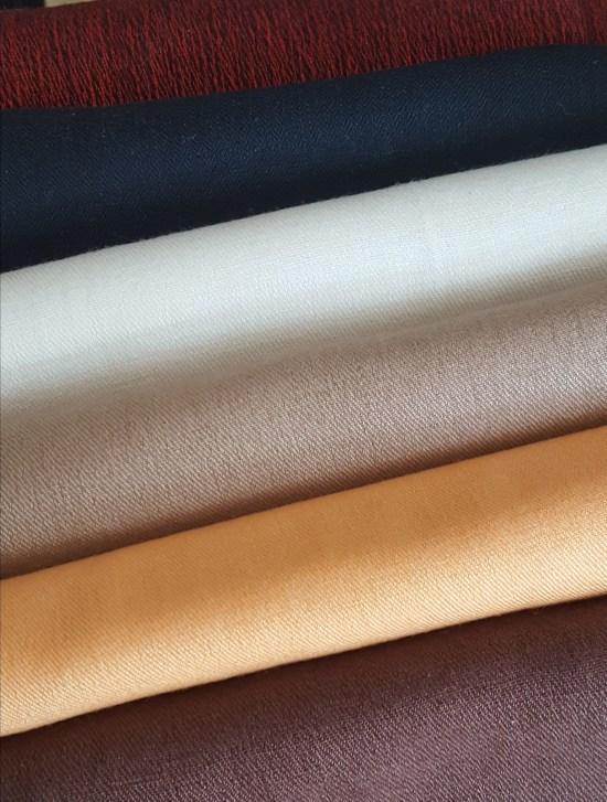 Lalupate myy aidoista luonnonmateriaaleista käsinkudottuja, vesipestäviä pashmina-, cashmere- ja silkkihuiveja. Ajankohtaisen poltetun oranssin ja ruskean rinnalla värivaihtoehtoja ovat myös monet klassikkosävyt.