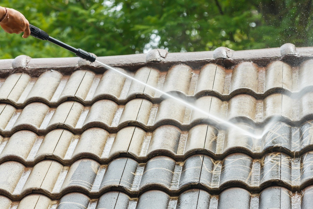 Metal roof cleaning using a pressure washer