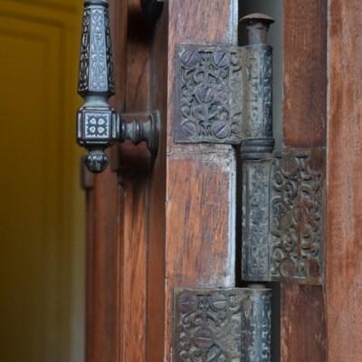 foto arte, puerta principal de villa ocampo